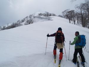 黒壁山(鳥ヶ東)への途上で。雪庇が出ているので樹林帯に沿うように登る。崩れると雪崩れる恐れがある。