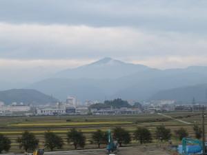 加賀温泉駅に近いスーパーの屋上から富士写ヶ岳を眺める