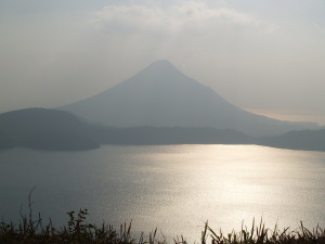 清見岳から池田湖を前に聳える開聞岳を眺める