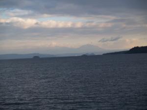 鹿児島市から高千穂峰を眺める。都城市は右。