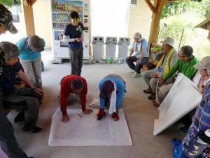 雲興寺の東屋に集まり捜索範囲を地図で検討する