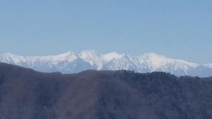 青木林道からの中央アルプス。右(北)から空木岳、赤梛(なぎ)岳、南駒ケ岳、仙涯嶺、越百山。前山は伊那山脈の大西山。